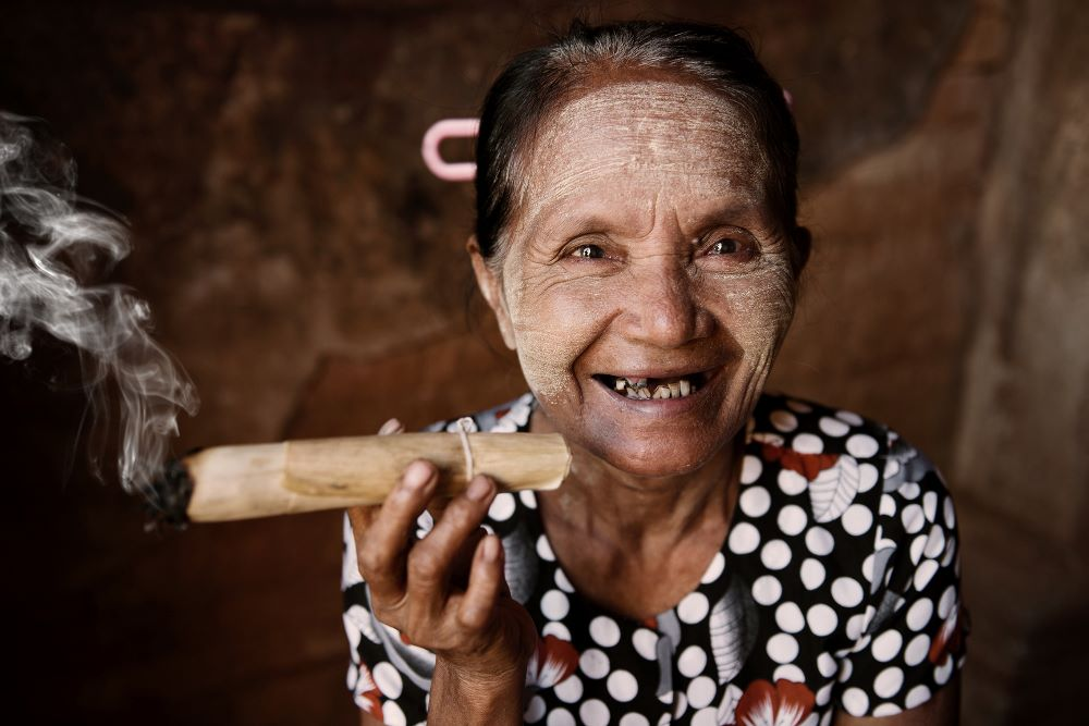 myanmar tour lady smoking cigar